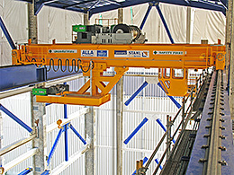Pesos pesados sensíveis – Duas pontes rolantes STAHL levantam uma turbina que pesa 318 ton.